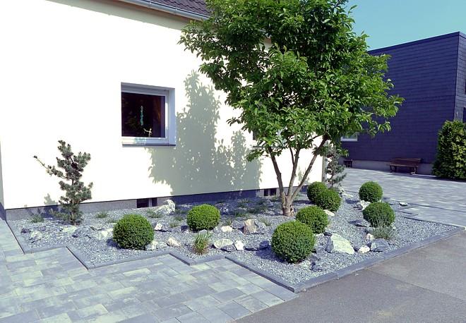 pflegeleichte vorgartengestaltung mit gräsern, bux und felsen, Garten und Bauten