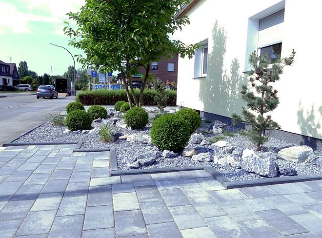 pflegeleichte vorgartengestaltung mit gräsern, bux und felsen, Gartengestaltung